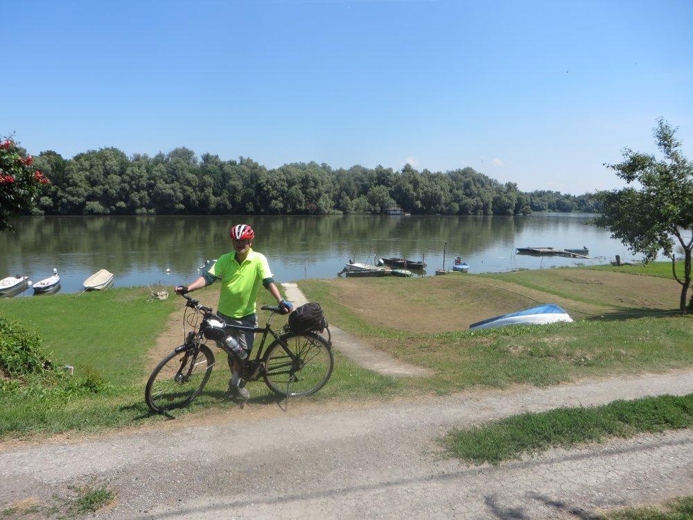 Hinter mir die Drau, der helle Streifen vor den entfernten Bäumen rechts ist die Donau